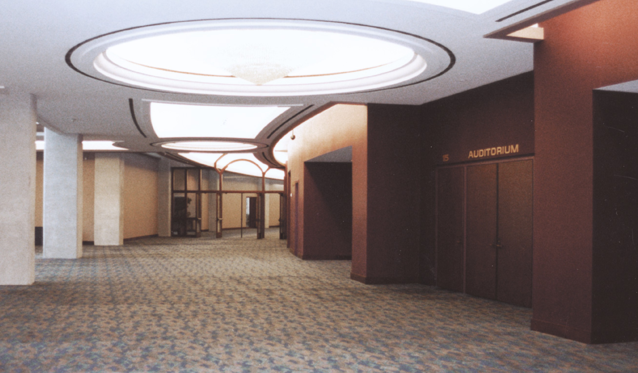 Robertson-Curtis-Commercial-Painting-and-Decorating_PCC-Crowne-Centre-Pensacola-Florida--curved-hallway